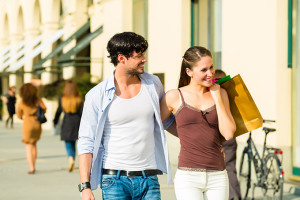 680-couple-with-shopping-bags